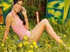 Abierta de piernas entre flores: que alergia !!