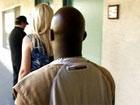 Madura infiel probando a follar con un negro