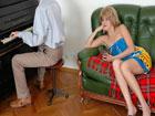 El joven pianista le come el coño a la madura