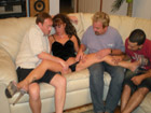 Comparte a su esposa madura con los amigotes