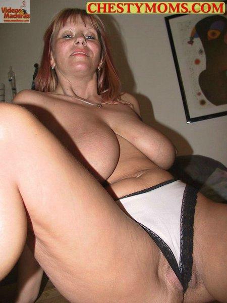 image Mamá en el teléfono mientras digitación a través de la webcam